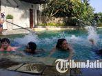 stephanie-rice-mengajarkan-anak-anak-berenang-di-jw-marriott-hotel-surabaya-jumat-2382019.jpg