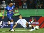striker-arema-fc-dedik-setiawan-berebut-bola-dengan-andy-setyo-nugroho.jpg