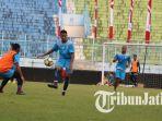 striker-arema-fc-rivaldi-bawuo-kanan-dibayangi-agil-munawar_20180730_235245.jpg