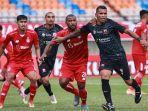 striker-madura-united-alberto-goncalves-berduel-dengan-pemain-persik-kediri.jpg