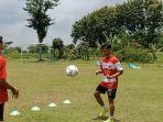 striker-madura-united-aldo-maulidino-saat-melakukan-latihan.jpg