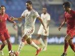 striker-timnas-uni-emirat-arab-uea-ali-mabkhout-dibayangi-irfan-bachdim-timnas-indonesia.jpg