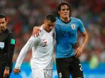 striker-uruguay-edinson-cavani-dipapah-keluar-lapangan-oleh-kapten-portugal-cristiano-ronaldo_20180701_125120.jpg