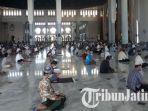 suasana-gelaran-salat-jumat-berjamaah-di-masjid-al-akbar-surabaya-1.jpg