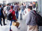 suasana-penumpang-kereta-api-di-stasiun-gubeng-surabaya.jpg
