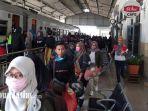 suasana-penumpang-kereta-turun-di-stasiun-kota-kediri.jpg