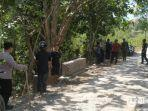 suasana-petugas-mencari-monyet-liar-di-desa-kacok-kabupaten-pamekasan.jpg