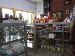 suasana-ramainya-pembeli-jamu-herbal-di-toko-nur-jalan-kabupaten-kabupaten.jpg