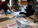 surat-suara-yang-telah-dilipat-oleh-petugas-kpu-kota-malang-untuk-pemilu-2019.jpg