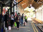 susasana-penumpang-ketika-dimasa-pandemi-di-stasiun-gubeng-surabaya.jpg
