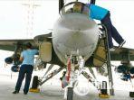 teknisi-pesawat-lanud-iswahjudi-maospati-magetan-lakukan-pembersihan-mesin-jet-t50i-golden-eagle_20171110_210223.jpg