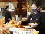 terapkan-protokol-kesehatan-petugas-saat-mengambil-makanan-di-nira-restaurant.jpg