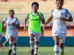 tiga-pemain-muda-madura-united-saat-mengikuti-latihan-tim.jpg