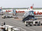 tiga-pesawat-lion-air-tampak-terparkir-rapi-dilandasan-penerbangan-bandara-juanda-terminal-1.jpg