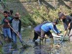 tim-27-membersihkan-sungai-purboyo-di-sebelah-sma-5-kota-madiun-tim-khusus-bersihkan-sungai-madiun.jpg