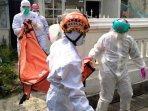 tim-medis-pmi-kota-malang-mengevakuasi-jenazah-wanita-yang-ditemukan-tewas-di-rumahnya-di-malang.jpg