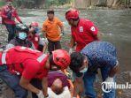 tim-medis-pmi-kota-malang-saat-mengevakuasi-korban-jatuh-dari-jembatan.jpg
