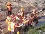 tim-sar-evakuasi-jenazah-korban-tenggelam-di-sungai-brantas-yang-ditemukan-di-dam-blobo-malang.jpg