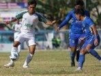 tim-sepak-bola-jawa-timur-melawan-jawa-barat-di-pon-xx-papua-2021.jpg