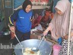 tim-tagana-dinas-sosial-kabupaten-gresik-saat-menyiapkan-nasi-bungkus.jpg