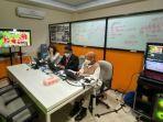 tim-teknologi-informasi-panitia-pkkmb-untag-surabaya-saat-menyiapkan-pkkmb-virtual.jpg