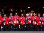 tim-thomas-cup-indonesia-berpose-dengan-trofi-thomas-cup-2020-di-denmark.jpg