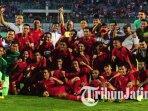 timnas-u-22-berfoto-bersama-usai-menahan-imbang-1-1-madura-united-di-stadion-gelora-bangkalan.jpg