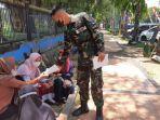 tni-al-koarmada-ii-jemput-bola-sebar-brosur-bagi-masyarakat-bangkalan.jpg