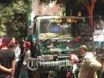 truk-trailer-gasak-pembatas-tengah-jalan-raya-sukomanunggal-surabaya.jpg