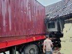 truk-trailer-menghantam-pagar-masjid-traffic-light-dan-rumah-warga-di-jalan-tuban-bancar.jpg