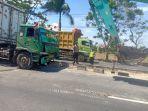 truk-trailer-nahas-hingga-kangkangi-median-jalan-akibat-sang-sopir-mengantuk.jpg