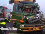 truk-trailer-rusak-parah-bagian-depan-usai-menabrak-tiga-kendaraan-lain-di-pantura-tuban-surabaya.jpg