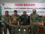 ular-pithon-sepanjang-tiga-meter-diamankan-di-kantor-satpol-pp-kota-kediri.jpg