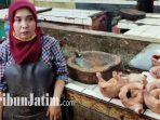ummik-pedagang-daging-ayam-di-pasar-wonokromo.jpg