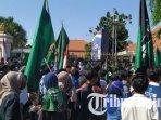 unjuk-rasa-hmi-cabang-surabaya-di-depan-gedung-negara-grahadi-surabaya.jpg