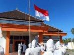 upacara-kemerdekaan-ri-ke-76-di-kantor-bpbd-ponorogo-peserta-upacara-menggunakan-baju-hazmat.jpg