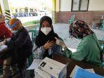 vaksinasi-covid-19-di-halaman-kantor-dinkes-ponorogo-jalan-basuki-rahmad-ponorogo.jpg