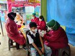 vaksinasi-di-pantai-kelapa-kelurahan-panyuran-kecamatan-palang.jpg