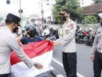 wakapolresta-malang-kota-akbp-deny-heryanto-saat-membagikan-bendera-merah-putih.jpg