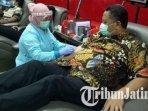 wakil-wali-kota-surabaya-whisnu-sakti-buana-saat-donor-darah-di-kantor-pmi-surabaya.jpg
