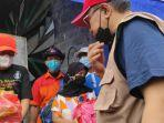 wali-kota-blitar-santoso-memberikan-bantuan-sembako-kepada-warga-yang-terdampak-gempa.jpg