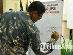 wali-kota-kediri-abdullah-abu-bakar-menandatangani-deklarasi-anti-korupsi.jpg