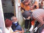 wali-kota-malang-sutiaji-memberikan-bantuan-sembako-kepada-warga-kampung-qoryah-sakinah.jpg