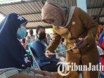 wali-kota-mojokerto-ika-puspitasari-saat-meninjau-realisasi-penyaluran-bantuan-sosial.jpg
