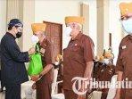 wali-kota-pasuruan-saifullah-yusuf-memberi-bantuan-ke-legiun-veteran-republik-indonesia-lvri.jpg