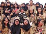 wali-kota-surabaya-tri-rismaharini-foto-bersama-para-pelajar.jpg