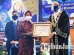 wali-kota-surabaya-tri-rismaharini-menerima-penghargaan-dari-universitas-airlangga-surabaya.jpg