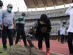 wali-kota-surabaya-tri-rismaharini-saat-sidak-di-stadion-gbt-surabaya.jpg