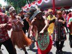 walikota-surabaya-tri-rismaharini-menari-bersama-masyarakat-papua.jpg