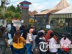 warga-berbondong-bondong-ke-kantor-kecamatan-tumpang-malang-demi-vaksin-covid-19.jpg